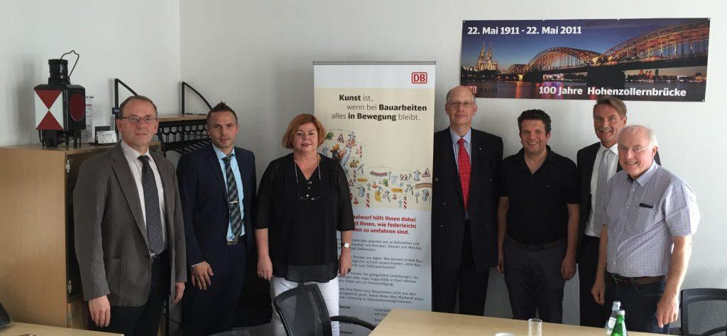 (von rechts nach links): Peter Winters (Basalt AG), Daniel Baral (DB Cargo), Petra Freudenreich (SPD Meinerzhagen), Werner J. Lübberink (Konzernbevollmächtigter der DB in Nordrhein-Westfalen), Gordan Dudas, MdL, Raimo Benger (Sprecher des Bündnisses, UWG Meinerzhagen), Christoph Riedel (Aktionsbündnis Volme-Agger-Bahn)